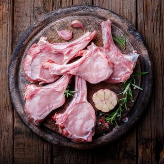 Viande fraîche crue côte de veau steak sur os et fourchette à viande