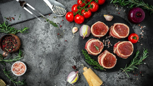 Viande fraîche et crue. médaillons de surlonge steaks enrobés de bacon servis sur un vieux boucher, prêt à cuire. bannière, lieu de recette de menu pour le texte, vue de dessus.