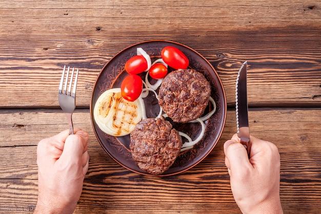 Viande fraîche de hamburger avec des légumes