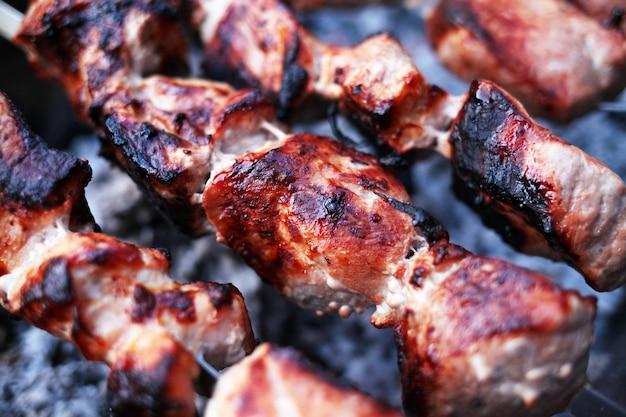 Viande fraîche préparée au feu