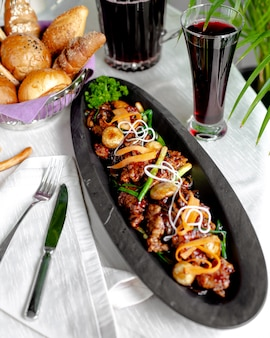 Viande frite aux champignons, poivrons et oignons verts