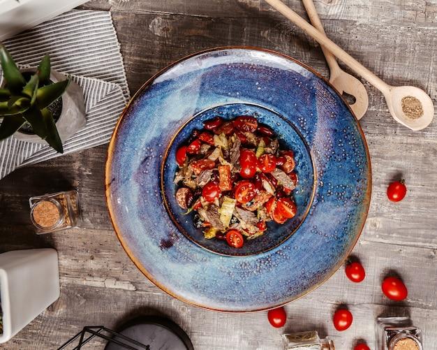 Viande frite mélangée à des légumes et garnie de graines de sésame