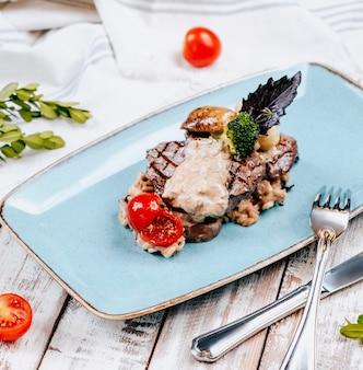 Viande frite avec sauce aux champignons dans l'assiette