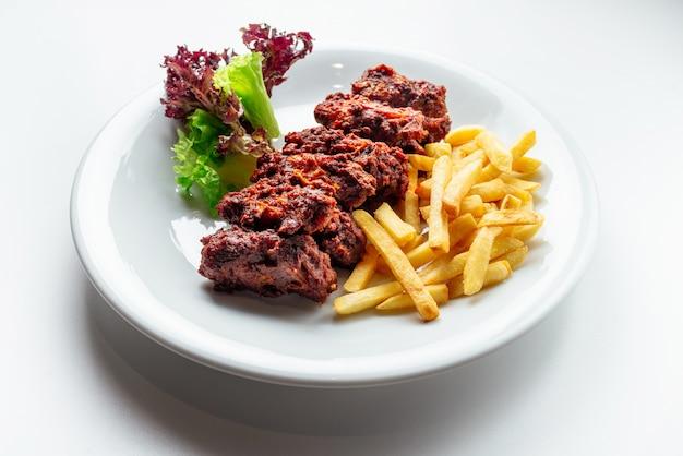 Viande et frites et pommes de terre