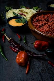 Viande et fromage de porc de cuisine mexicaine avec les jalapenos épicés et le piment rouge chaud