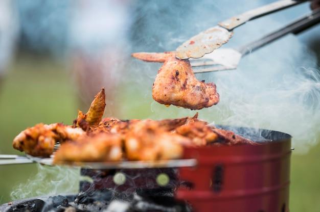 Viande sur le gril cuite