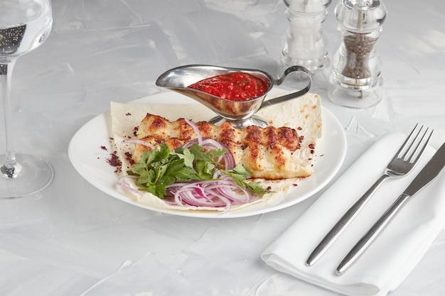Viande grillée sur une assiette, servant dans un restaurant, fond clair