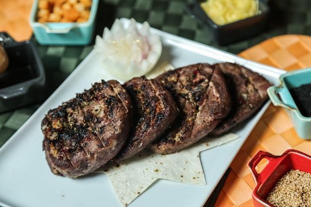 Viande grillée épices lavash poivre de sésame vue latérale