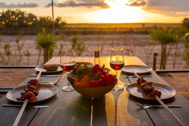 La viande grillée est servie à la maisongrillades au vin et légumesl'été en terrasse