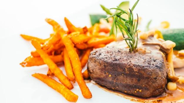 Viande grillée de filets de boeuf aux légumes