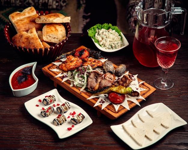 Viande grillée mélangée avec des rouleaux d'aubergine