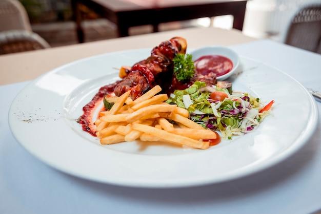 Viande grillée sur la plaque blanche. restaurant.