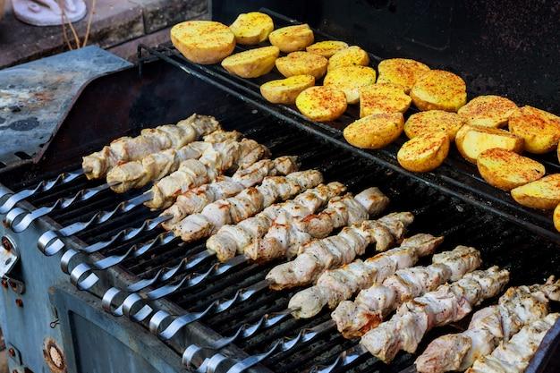 Viande grillée avec pommes de terre frites et viande ainsi que des brochettes