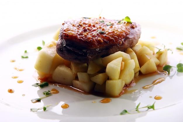 Viande grillée servie dans un style gastronomique