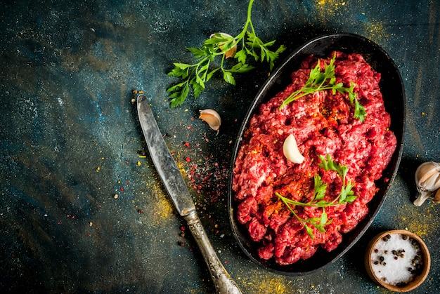 Viande hachée aux épices et aux herbes fraîches