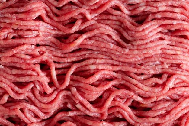 Viande hachée aux épices sur papier sur table. fermer. macro