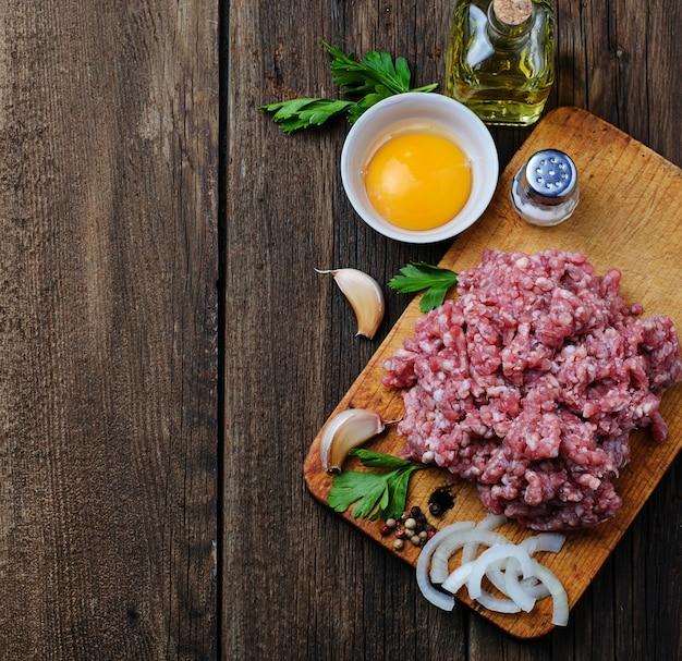 Viande hachée crue à l'huile d'olive et à l'ail