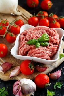 Viande hachée dans un bol avec légumes et épices