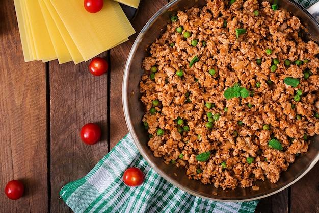 Viande hachée dans une poêle pour farcir les lasagnes. vue de dessus