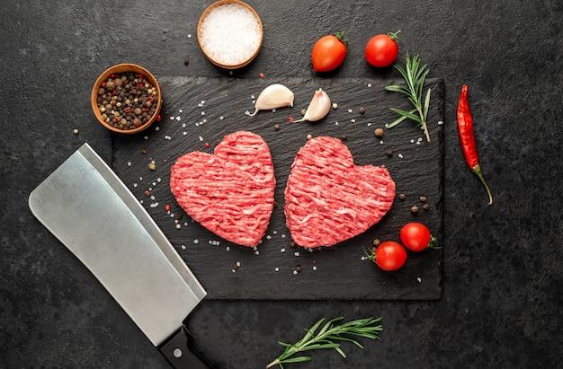 Viande hachée en forme de coeur sur fond de pierre