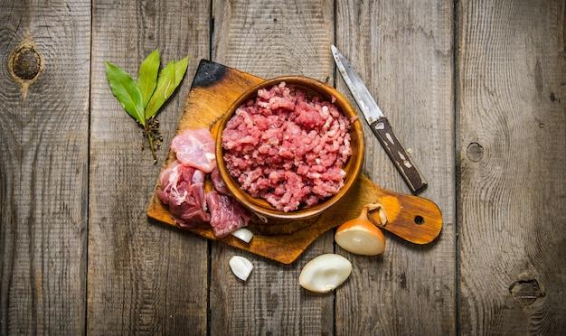 Viande hachée fraîche aux épices et huile