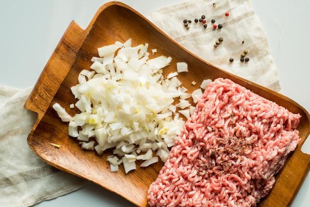 Viande hachée fraîche aux oignons