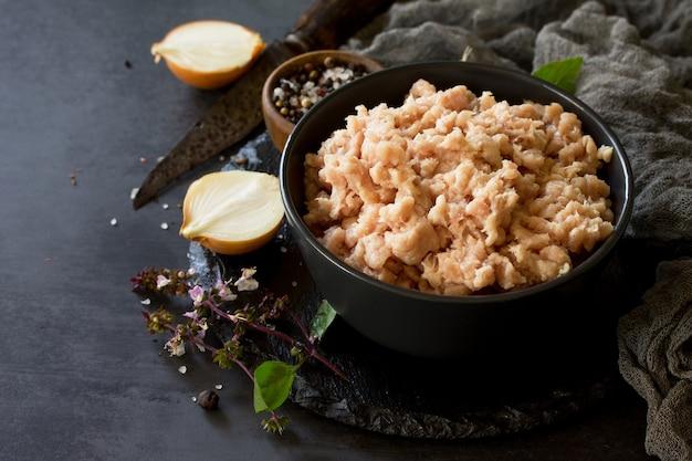 Viande hachée et ingrédients pour la cuisson de la viande hachée dans un bol sur une ardoise espace libre pour votre texte