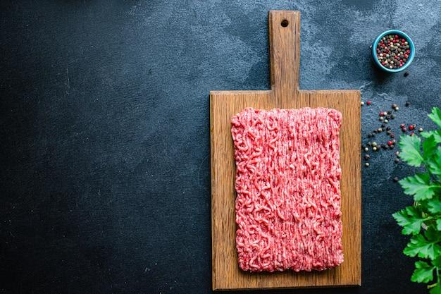 Viande hachée mélange de porc ou de bœuf, de poulet ou de dinde fraîchement haché