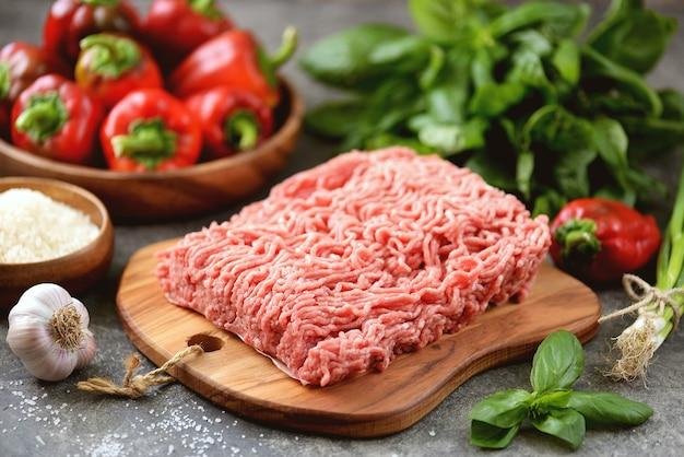 Viande hachée poivrons bio riz et épices pour faire des poivrons farcis