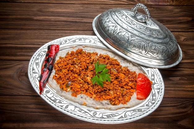 Viande hachée préparée avec sauce et garniture