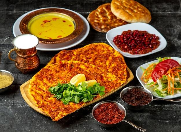 Viande, lahmajun, soupe, salade, épices, vue côté