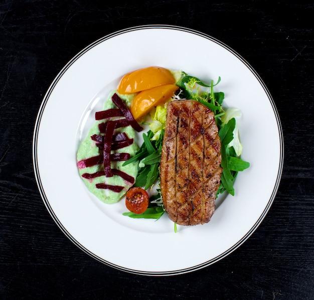 Viande et légumes frits croustillants