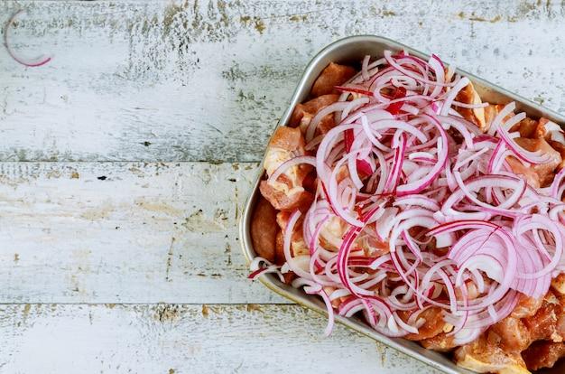 La viande marinée pour le shashlik barbecue sur des brochettes