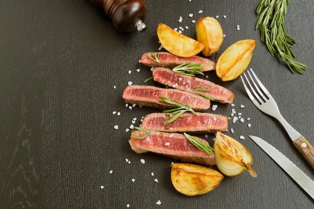 Viande moyennement rôtie sur le gril. sur fond noir