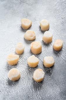 Viande de pétoncles crue sur une table de cuisine
