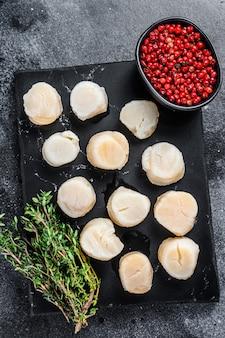 Viande de pétoncles frais de fruits de mer sur une planche de marbre