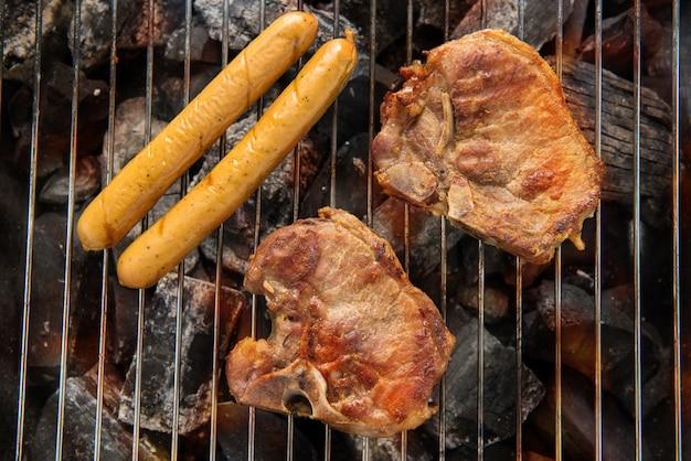 Viande de porc bbq et saucisses sur le gril.