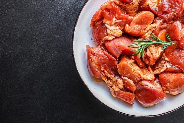 Viande de porc ou de boeuf crue dans une assiette