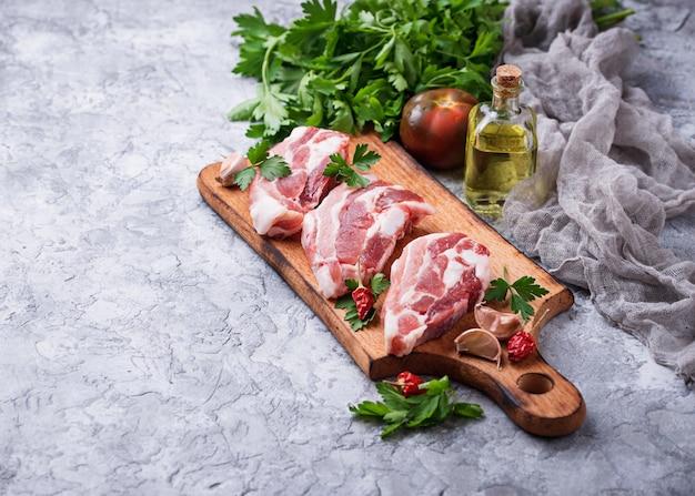 Viande de porc crue et ingrédients pour la cuisine. mise au point sélective