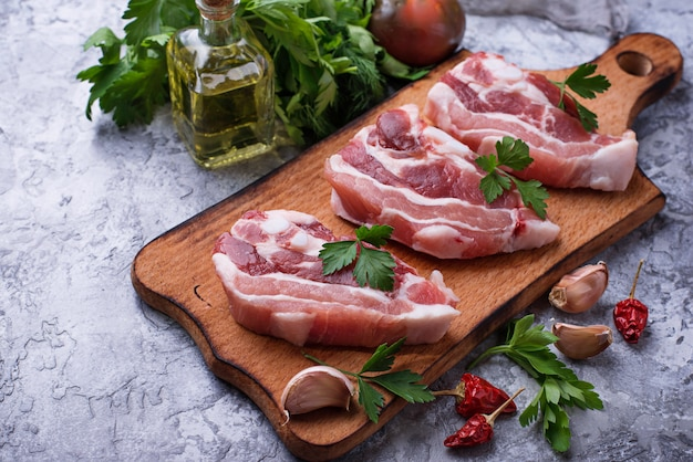 Viande de porc crue et ingrédients pour la cuisine
