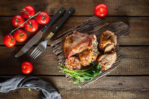 Viande de porc frite au four ou barbecue de boeuf préparant un mea sain