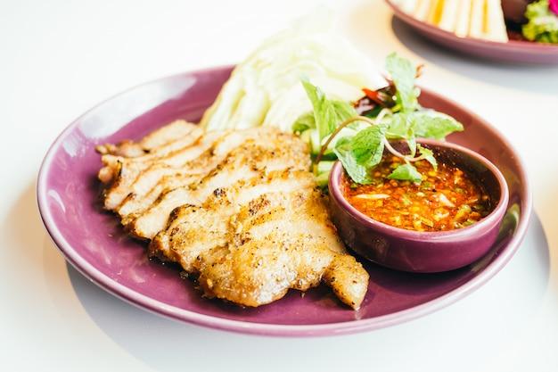 Viande de porc grillée à la sauce épicée