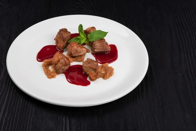 Viande de porc avec sauce aux baies