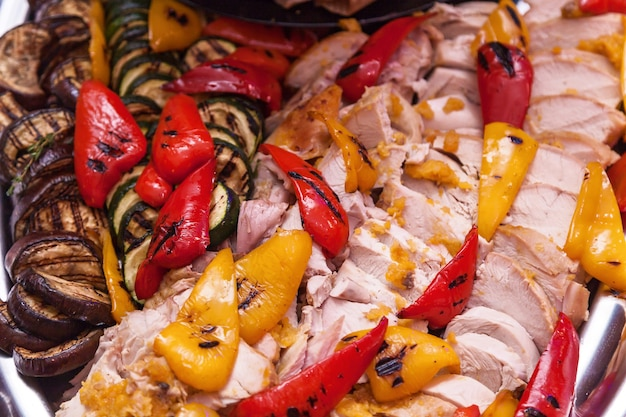 Viande de poulet aux légumes grillés aubergines courgettes les poivrons sont rouges et jaunes
