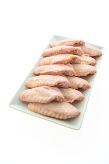 Viande de poulet cru et aile en plaque blanche