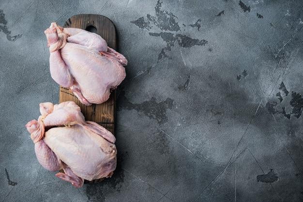 Viande de poulet entière non cuite biologique crue, sur fond gris
