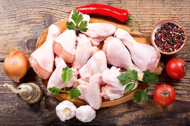 Viande de poulet fraîche sur planche de bois, vue du dessus