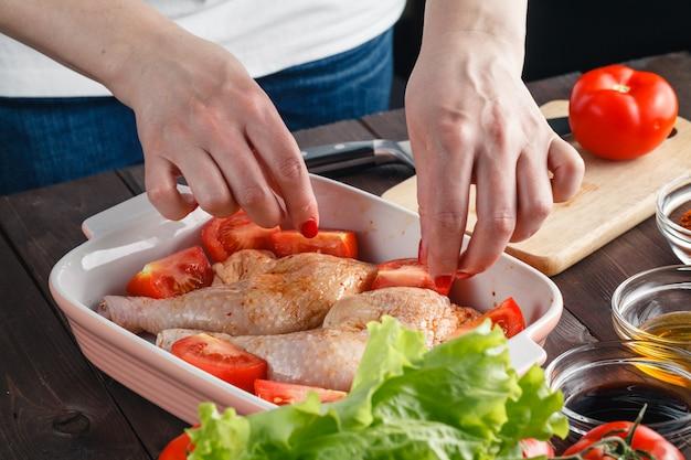 Viande de poulet frais sur la table en bois. mise au point sélective. style rustique.