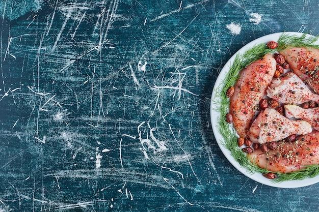 Viande de poulet frit dans une assiette verte.