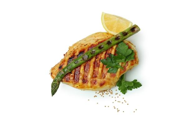 Viande de poulet grillé, asperges et ingrédients isolés sur fond blanc